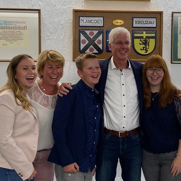 BM Ingo Eßer mit Familie am Wahlabend nach der Ergebnisverkündung